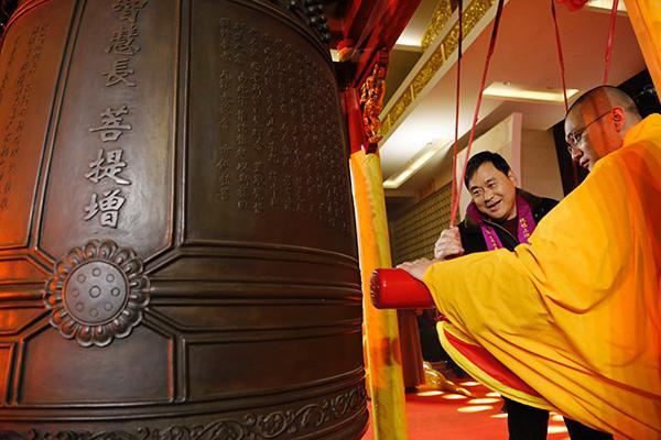 上海玉佛禅寺撞钟迎新年,108响梵钟代表...