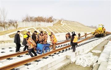 郑万高铁南阳段开始铺轨了