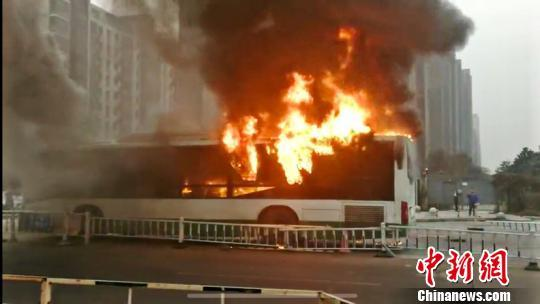 江苏常州一公交车发生自燃 车辆被烧毁...