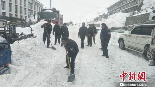 西藏边境县聂拉木县出现强降雪 部分道...