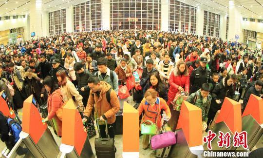 广铁节后返程客流高峰持续 湖南地区加...
