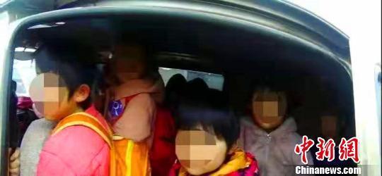 河北威县一涉校车辆严重超员257% 驾驶...