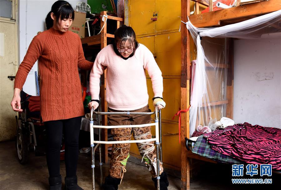 """(图片故事)(4)""""00后""""轮椅女孩:描绘追梦路上的多彩人生"""