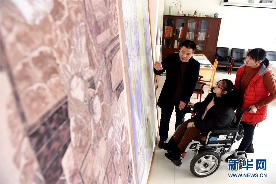 """(图片故事)(5)""""00后""""轮椅女孩:描绘追梦路上的多彩人生"""