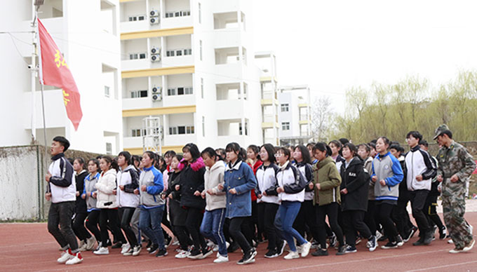 镇平县雪枫中学举行军训汇报表演