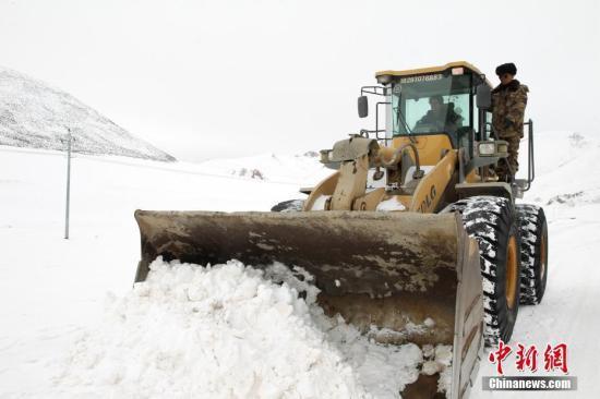 青海多地遭遇严重雪灾 两部门下拨1亿元...