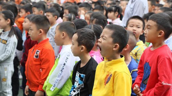 调查:中国青少年儿童超六成睡眠时间不...