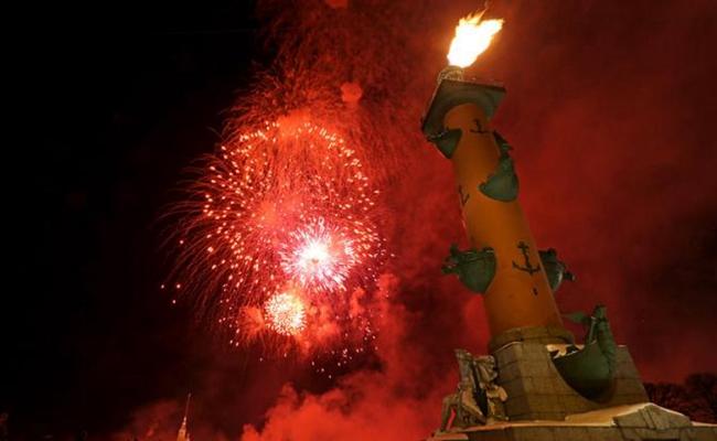 绚丽烟花绽放瓦西里岛海神柱上空 (照片来源:塔斯社)