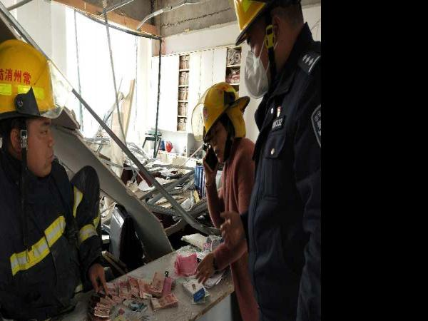 响水爆炸事故:消防员现场协助找回14万现...