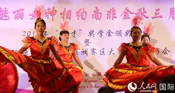 """""""辣妈""""们在发布会现场表演中国舞蹈。 摄影:李滢嫣"""