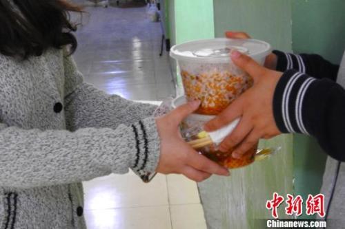 外卖配送员将外卖送到学生宿舍。受访者供图