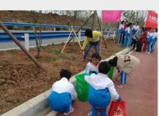 我为赛事做贡献                                               -----九重二小的师生开展环境卫生清理行动