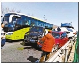 京藏高速发生严重车祸 7人受伤